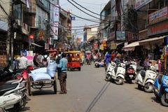 Delhi Sadar Bazarmarknad med fullt av folkmassan royaltyfri bild