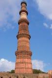 delhi Sikten av fördärvar av den historiska komplexa Qutuben Minar Royaltyfri Fotografi