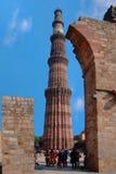 delhi Sikten av fördärvar av den historiska komplexa Qutuben Minar Royaltyfri Bild