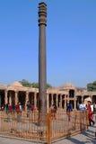delhi Sikten av fördärvar av den historiska komplexa Qutuben Minar Fotografering för Bildbyråer