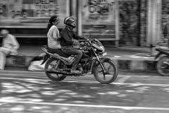 DELI, ÍNDIA - 17 DE FEVEREIRO DE 2019: Montada em um movimento borrado velomotor fotografia de stock royalty free