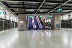 DELI, ÍNDIA - 22 DE OUTUBRO DE 2016: Ideia de uma estação de metro em Indira Gandhi International Airport em Deli, Indi imagens de stock