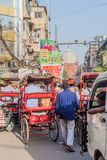 DELI, ÍNDIA - 22 DE OUTUBRO DE 2016: Tráfego da rua no centro de Deli, Indi fotografia de stock