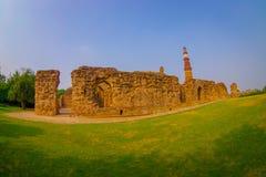 DELI, ÍNDIA - 25 DE SETEMBRO DE 2017: Feche acima das estruturas apedrejadas velhas com uma ideia bonita do nehind de Qutub Minar fotos de stock royalty free