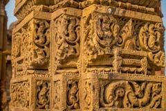 DELI, ÍNDIA - 25 DE SETEMBRO DE 2017: Feche acima dos detalhes de carvings decorativos no complexo de Qutub em Deli, Índia Imagem de Stock