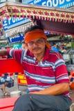 DELI, ÍNDIA - 25 DE SETEMBRO DE 2017: Homem não identificado com uma tela alaranjada em torno de sua cabeça dentro de um riquexó  Fotografia de Stock