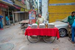 Deli, Índia - 25 de setembro de 2017: Homem não identificado fora em vender os ovos brancos em um carro na Índia de Paharganj Del Imagem de Stock