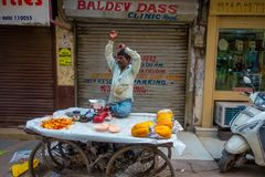 Deli, Índia - 25 de setembro de 2017: Homem não identificado no ar livre da loja varejo pequena com frutos, em Paharganj Deli Fotos de Stock