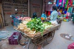 Deli, Índia - 25 de setembro de 2017: Homem não identificado no ar livre de um carro com vegetais, em Paharganj Deli com Fotografia de Stock Royalty Free