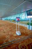 DELI, ÍNDIA - 19 DE SETEMBRO DE 2017: Ideia interna do serviço ao cliente do robô que atende dentro do aeroporto internacional Fotos de Stock Royalty Free