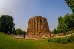 DELI, ÍNDIA - 25 DE SETEMBRO DE 2017: Local de Qutb Minar e monumento em segundo incompleto de Alai Minar da torre em Nova Deli,  Foto de Stock Royalty Free