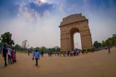DELI, ÍNDIA - 19 DE SETEMBRO DE 2017: Ângulo largo da imagem e dos povos não identificados que andam na frente da porta da Índia Fotos de Stock Royalty Free
