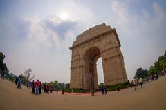 DELI, ÍNDIA - 19 DE SETEMBRO DE 2017: Ângulo largo da imagem e dos povos não identificados que andam na frente da porta da Índia Fotografia de Stock Royalty Free