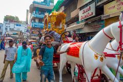 DELI, ÍNDIA - 25 DE SETEMBRO DE 2017: Povos não identificados nas ruas com um cavalo plástico branco, muito turístico Fotografia de Stock Royalty Free