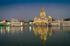 DELI, ÍNDIA - 19 DE SETEMBRO DE 2017: Povos não identificados que andam na frente dos santuários sikh principais de Deli - Gurudw Fotos de Stock Royalty Free