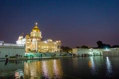 DELI, ÍNDIA - 19 DE SETEMBRO DE 2017: Povos não identificados que andam na frente dos santuários sikh principais de Deli - Gurudw Fotografia de Stock Royalty Free