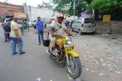 DELI, ÍNDIA - 25 DE SETEMBRO DE 2017: Povos não identificados que montam lá velomotor nas ruas de Paharganj, Deli dentro Foto de Stock Royalty Free