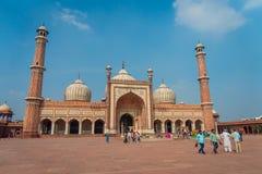 Deli, Índia - 27 de setembro de 2017: Turistas indianos não identificados que visitam Jama Masjid, em Deli, Índia Jama Masjid é Imagens de Stock