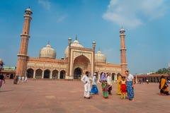 Deli, Índia - 27 de setembro de 2017: Turistas indianos não identificados que visitam Jama Masjid, em Deli, Índia Jama Masjid é Imagem de Stock