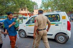 DELI, ÍNDIA - 25 DE SETEMBRO DE 2017: Um polícia de tráfego que controla o tráfego na área de Chandi Chowk da cidade tráfego Foto de Stock