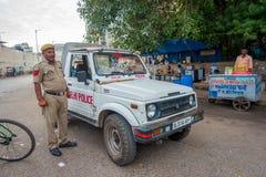 DELI, ÍNDIA - 25 DE SETEMBRO DE 2017: Um polícia de tráfego que controla o tráfego na área de Chandi Chowk da cidade tráfego Fotos de Stock