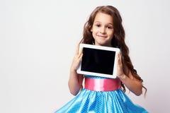 Delia konzentrierte sich Moderne Technologien Üppiges blaues Kleid Lizenzfreie Stockfotos