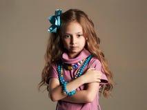 Delia si è concentrato signora abbastanza piccola in vestito e fiore in capelli sani Fotografia Stock