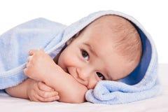 Delicadamente o bebê bonito aprecia na cama após o banho Imagem de Stock Royalty Free