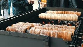 Delicadeza dulce del trdelnik checo nacional que se preparó en la calle Trdelnik dulce checo y húngaro tradicional de la panaderí almacen de metraje de vídeo