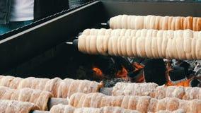 Delicadeza dulce del trdelnik checo nacional que se preparó en la calle Trdelnik dulce checo y húngaro tradicional de la panaderí almacen de video