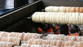 Delicadeza dulce del trdelnik checo nacional que se preparó en la calle Trdelnik dulce checo y húngaro tradicional de la panaderí metrajes