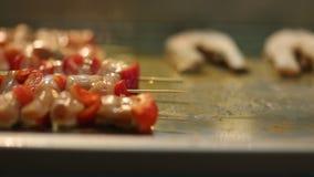 Delicadezas calientes de la carne y de los pescados almacen de metraje de vídeo