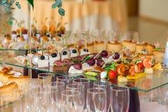 Delicadezas y bocados en el banquete La celebración de la comida fría Abastecimiento del restaurante Ajuste de la tabla en la rec Fotografía de archivo