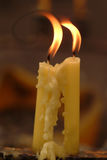 Delicado focalizado da luz das velas Luz dourada da chama de vela Fotografia de Stock
