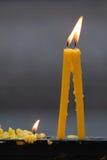Delicado focalizado da luz das velas Luz dourada da chama de vela Foto de Stock Royalty Free