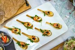 Delicates,填装用红色鱼、鹌鹑蛋、黑鱼子酱和石灰的开胃菜 承办酒席服务 免版税库存照片