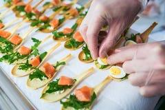 Delicates,填装用红色鱼和绿色的开胃菜 承办酒席服务 免版税库存图片