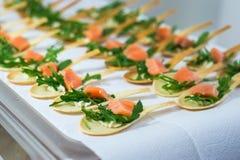 Delicates,填装用红色鱼和绿色的开胃菜 Catring服务 库存照片