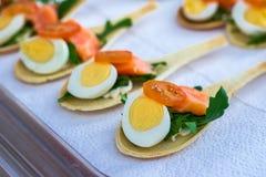 Delicates,填装用红色鱼和绿色的开胃菜 Catring服务 免版税库存图片