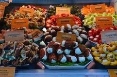 Delicatessenwinkelpunten voor verkoop Naschmarkt Wenen Stock Foto