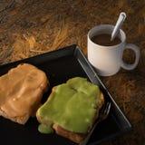 Delicios a cuit l'oeuf de crème anglaise et le café à la vapeur chaud photos libres de droits