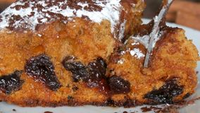 Delicioso apetitoso casa-feito recentemente cozeu a parte de torta da cereja com açúcar pulverizado e pedaços de chocolate nos pi video estoque