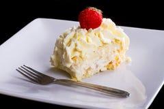 _ delicioso poner crema torta en placa Fotos de archivo libres de regalías