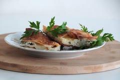 Delicioso y perejil en empanada del queso de la placa foto de archivo