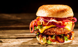 Delicious cheeseburger with salad ingredients Royalty Free Stock Photos
