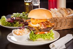 Delicious egg and bacon cheeseburger Royalty Free Stock Images
