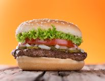Delicious hamburger on wood Royalty Free Stock Photos