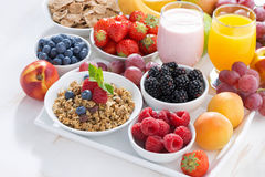 Delicious and healthy breakfast with fruits, berries and cereal Stock Photography
