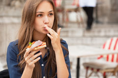 Delicious pizza fun. Outdoors portrait of gorgeous young woman having delicious pizza Royalty Free Stock Photos
