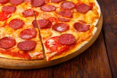Delicious pizza with pepperoni and tomatoes Royalty Free Stock Photos